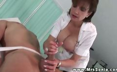 Kiny nurse Lady Sonia jerks off patient